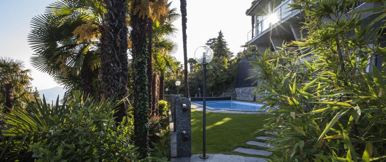 Swimming Pool im Garten des Hotel Stella