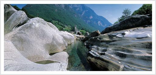 Die Maggia hat die Felsen um Ufer abgschliffen