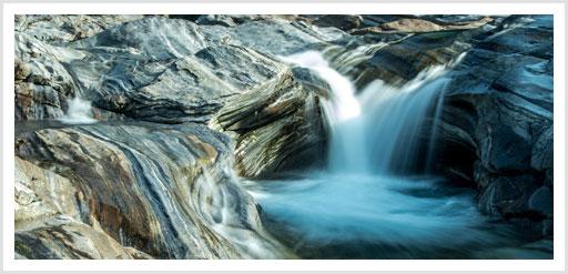 Wasser der Verzasca schiesst über die Steine