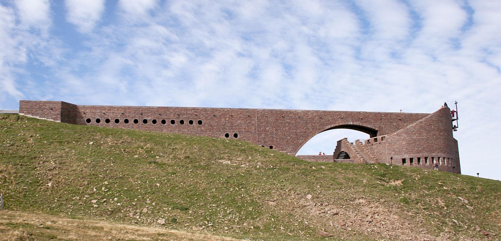 Kirche von Mario Botta auf dem Monte Tamaro