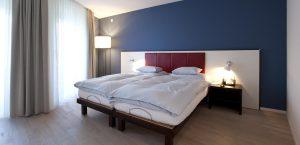 Grosszügiges Doppelbett im Design-Zimmer des Hotels Stella