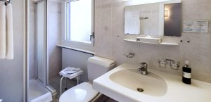 Einfache, saubere Badezimmer der Budget-Zimmer