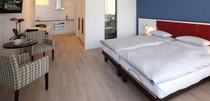 Ein grosses Doppelbett in einem Design-Zimmer