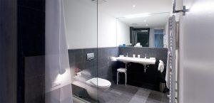 Badezimmer mit Granit ausgekleidet
