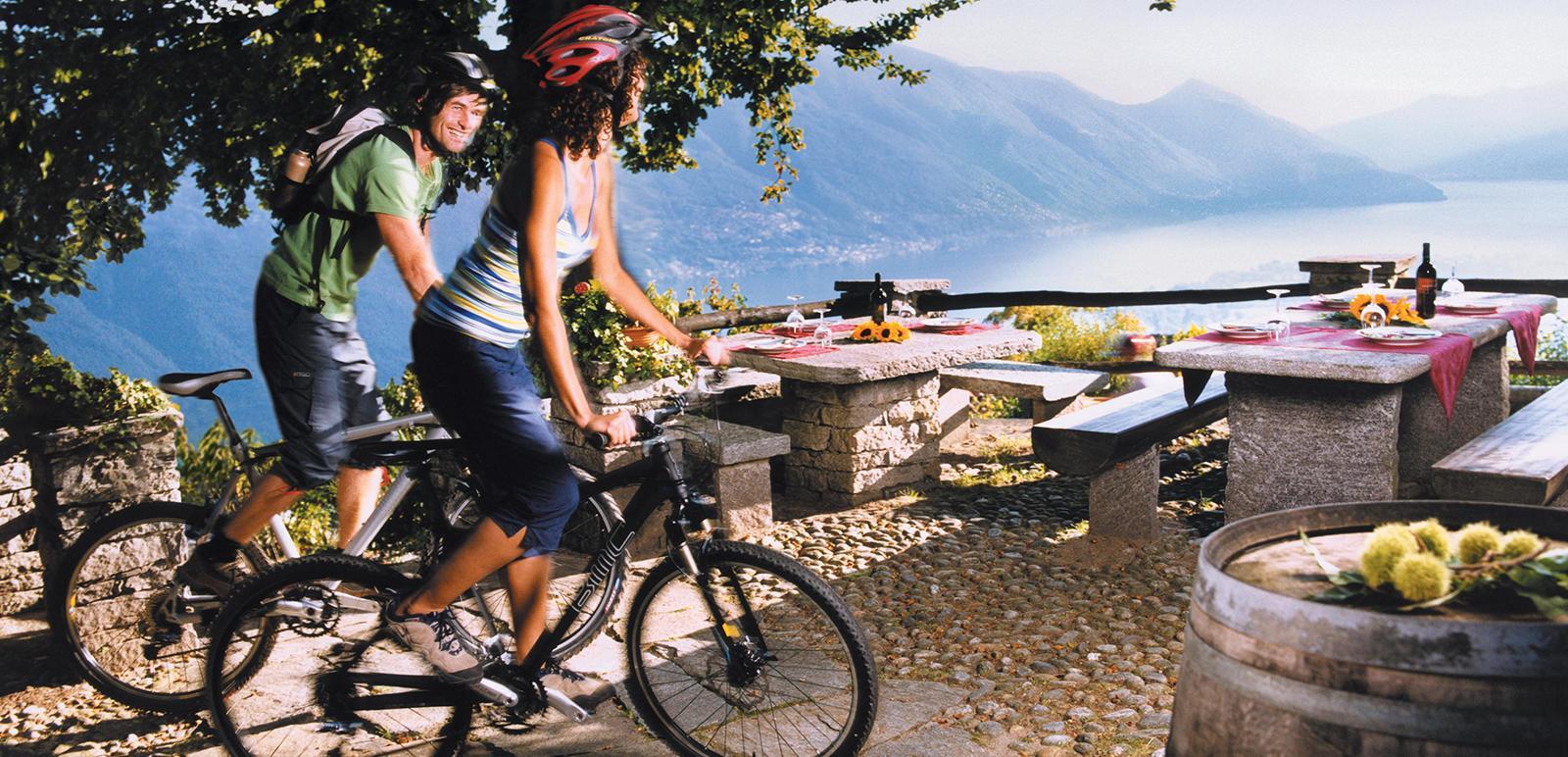 Mountain-Biker hoch über dem Lago Maggiore