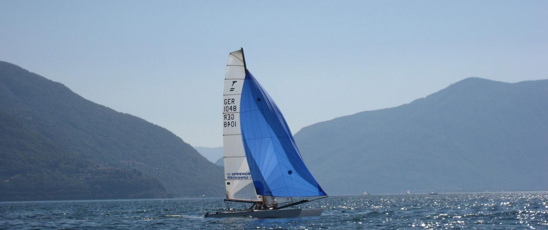 Ein Segel-Katamaran auf dem Lago Maggiore