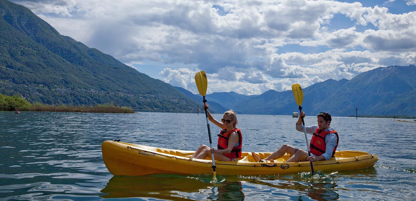 Ein Zweier-Kajak auf dem Lago Maggiore
