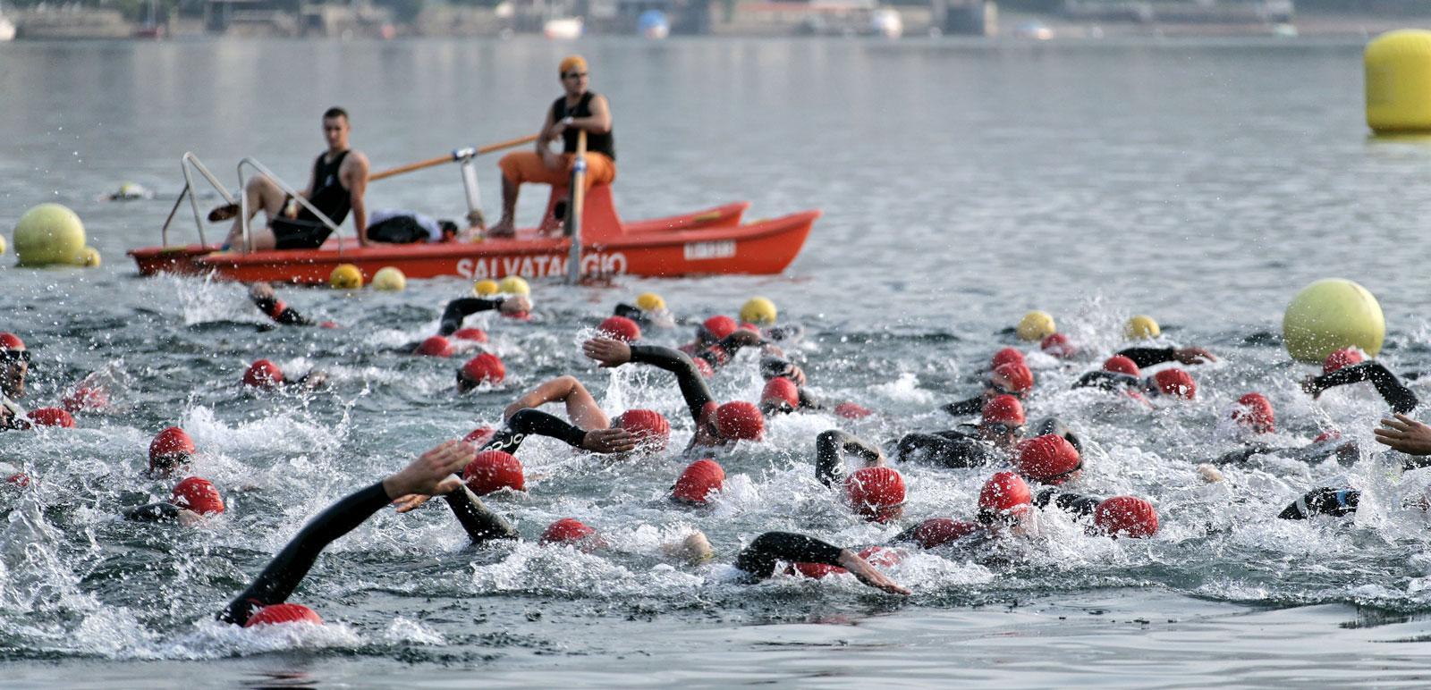 Schwimmer beim Wettkampf im Lago Maggiore