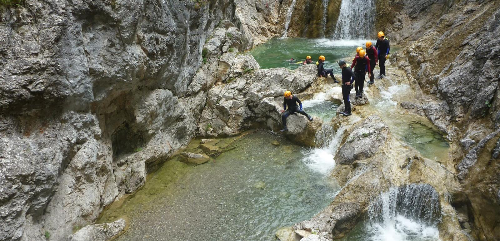 Eine Gruppe beim Canyoning im Tessin
