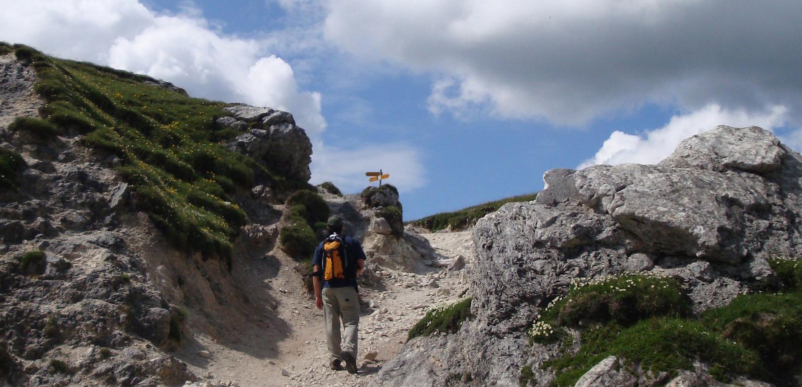 Ein Wanderer auf einer Bergwanderung im Tessin
