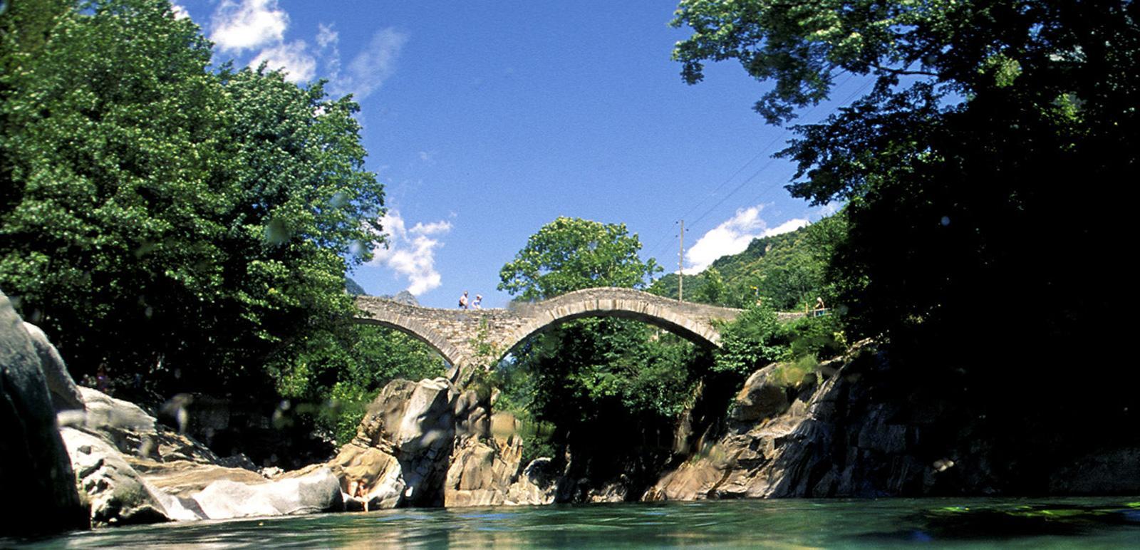 Die Ponte dei salti im Verzasca-Tal