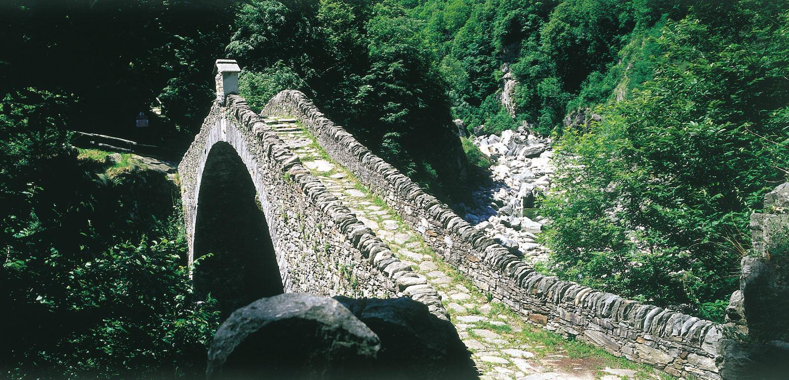 Ponte Romano bei Intragna - eine alte Steinbrücke