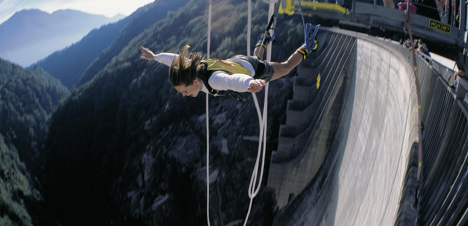 Bungee Jumping im Verzascatal