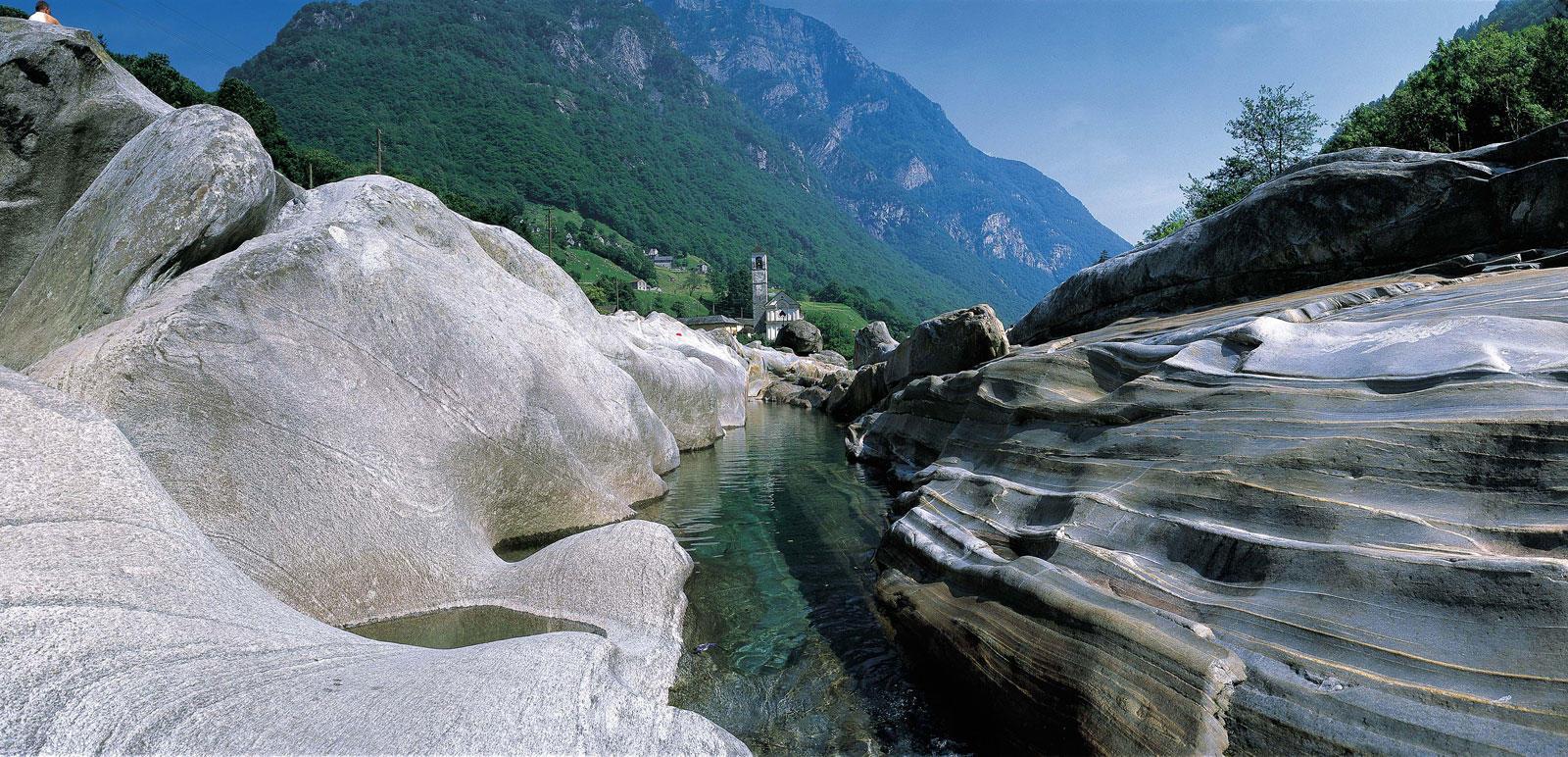 Die Maggia hat die Felsen am Ufer abgeschliffen